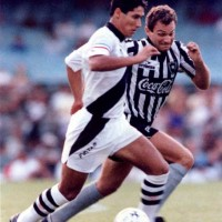 Toninho Cecílio defending Botafogo against Bismarck from Vasco da Gama in 1993